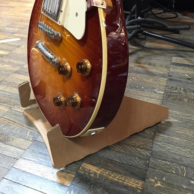 折りたたんで持ち運びできるギタースタンド